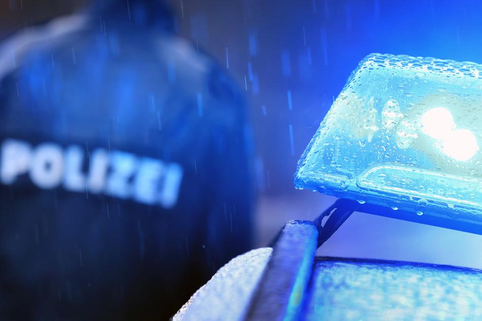 Auf Anweisung der angerückten Polizei verließen zahlreiche Besucher die serbisch-orthodoxe Veranstaltung. (Symbolbild)