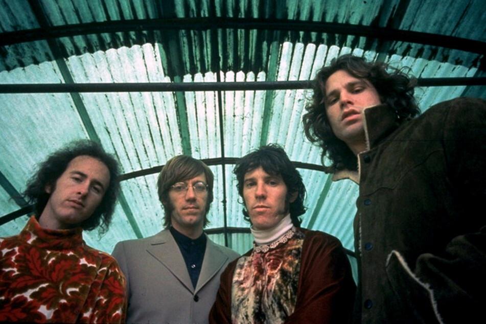 Die Doors-Legende Jim Morrison (r.) ist seinen Weg auf dieser Welt intensiv gegangen - mit nur 27 Jahren verstarb der ikonische Sänger.