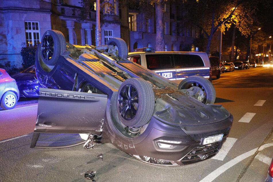 Ein Hyundai kam nach einem Crash auf dem Dach zum Liegen.