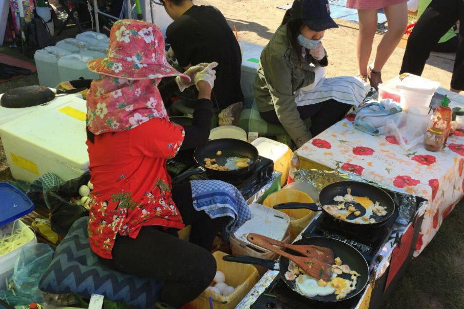 Frauen verkaufen im Preußenpark in Berlin-Wilmersdorf thailändisches Essen. (Archivbild)