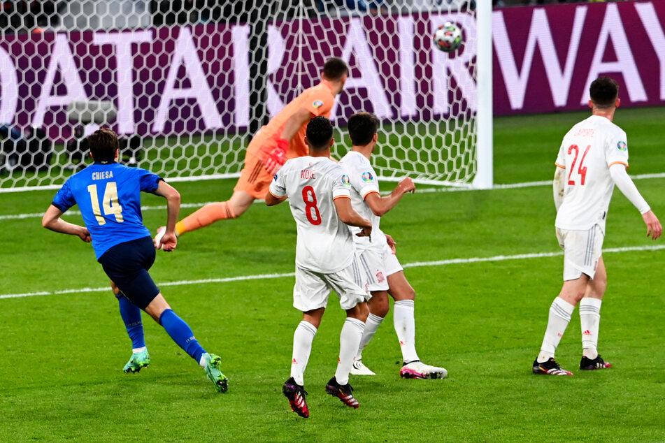 Herrlich! Federico Chiesa (l.) trifft mit diesem wunderschönen Schuss in die rechte Ecke zum 1:0 für Italien.