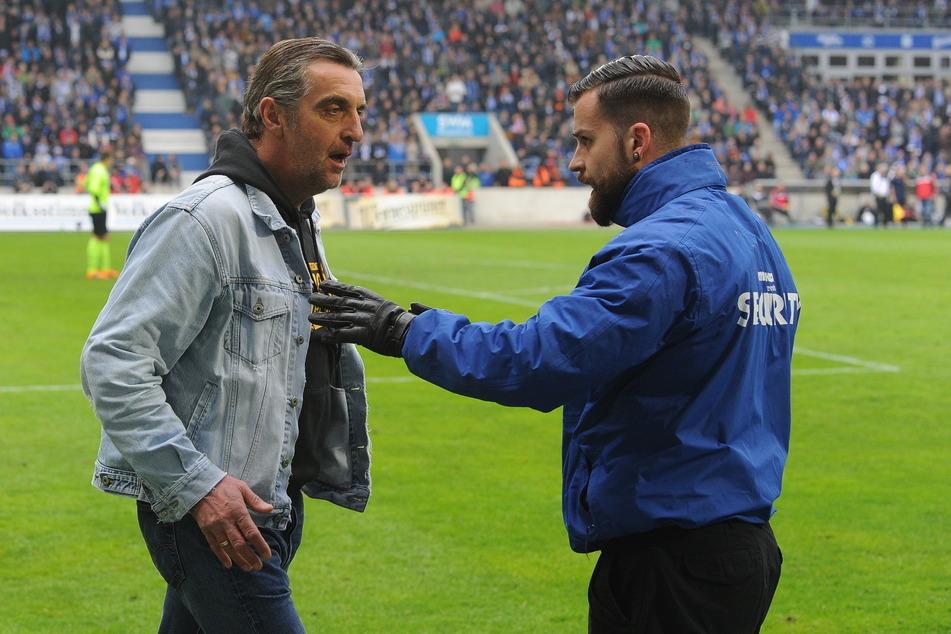 Unvergessene Szenen aus Magdeburg: Dynamo hat den Aufstieg geschafft, Ordnungskräfte wollen Ralf Minge aus dem Innenraum abführen, weil sie nicht wussten, wer er ist.