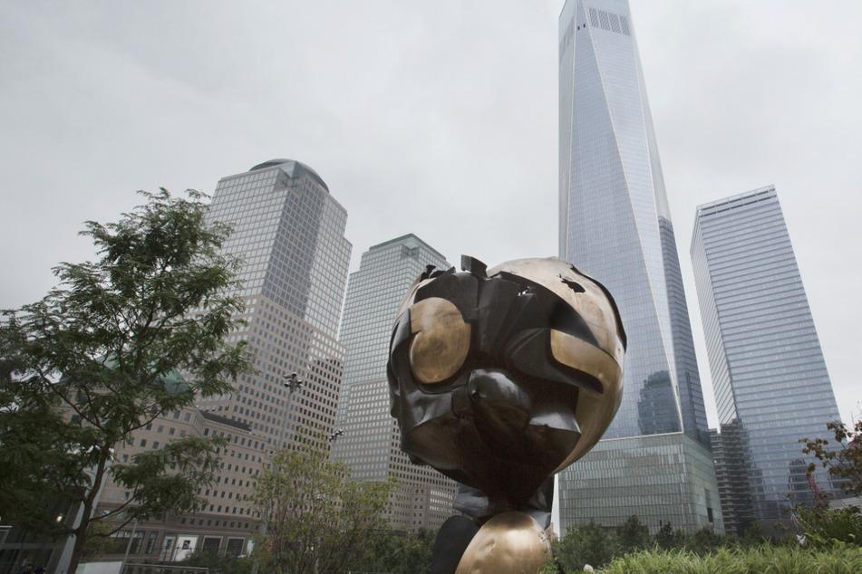"""Die Skulptur """"The Sphere"""" ist im Liberty Park gegenüber des One World Trade Centers ausgestellt. Die Skulptur wurde am 11.09.2001 beim Terroranschlag auf das World Trade Center beschädigt. Entworfen hat die Skulptur der Landshuter Fritz Koenig."""