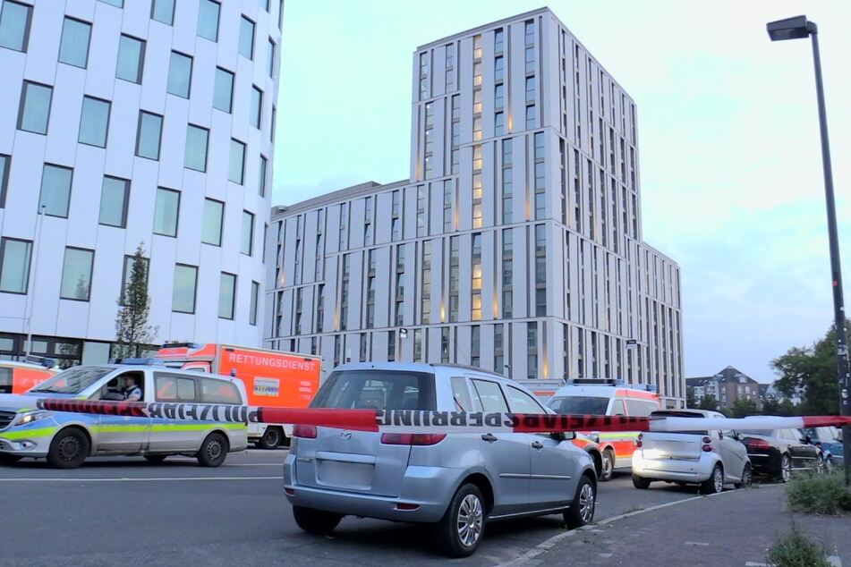 """Polizisten hatten das Hotel """"the niu Tab"""" im Düsseldorfer Stadtteil Oberbilk am Freitag umstellt."""