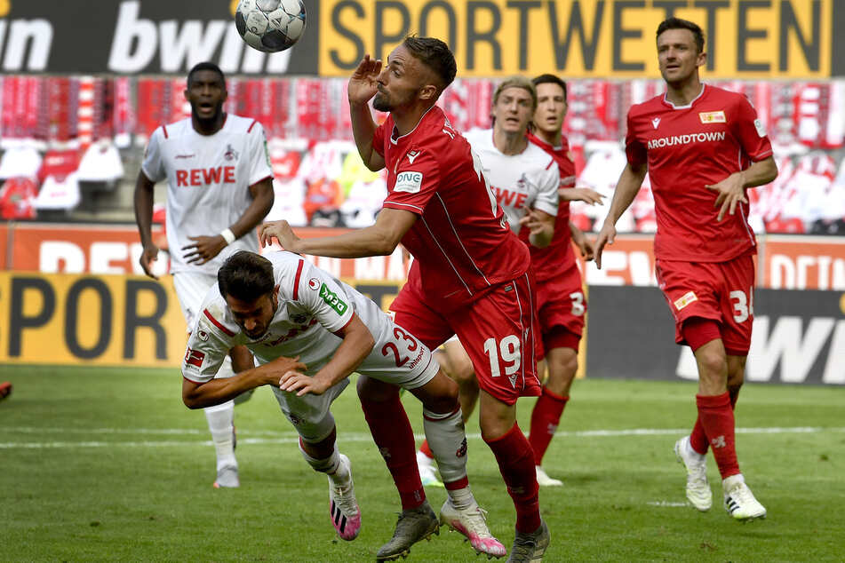 Kölns Mark Uth (l) und Unions Florian Hübner kämpfen um den Ball.