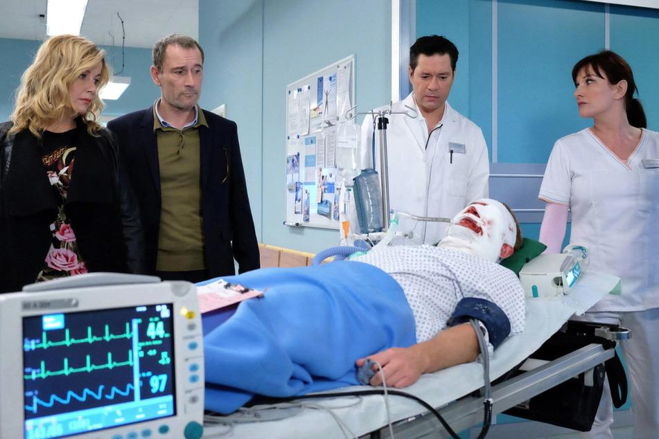 Schwer verletzt wird Felix Sonntag in die Sachsenklinik gebracht. Freundin Sarah und Felix Vater Richard Noll bangen um ihn.