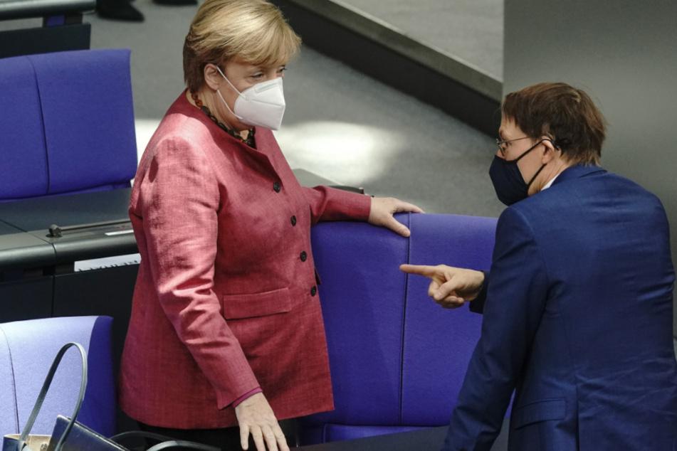Karl Lauterbach (SPD) im Gespräch mit Kanzlerin Angela Merkel (CDU).
