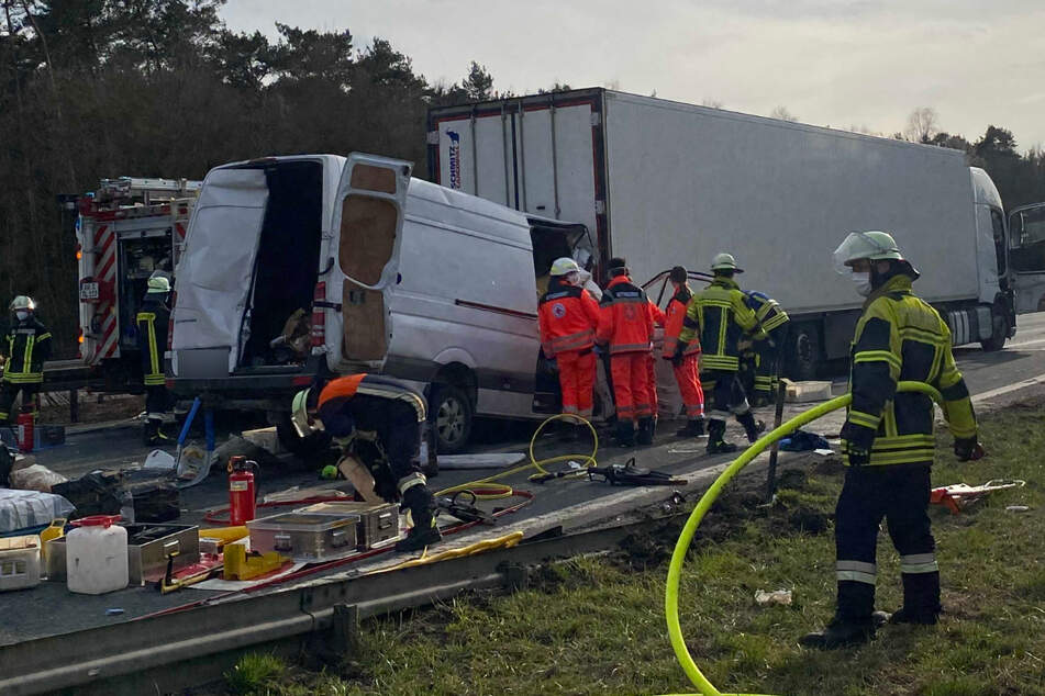 Zahlreiche Einsatzkräfte stehen am Unfallort auf der A6.
