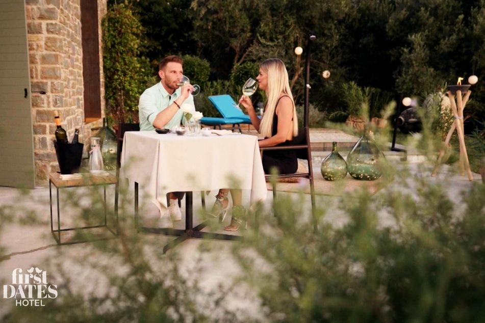 """Dieses Rendezvous schreibt bei """"First Dates Hotel"""" Geschichte: Kandidatin Jacqueline (32) datet Rocco (35), den Barkeeper der Show."""