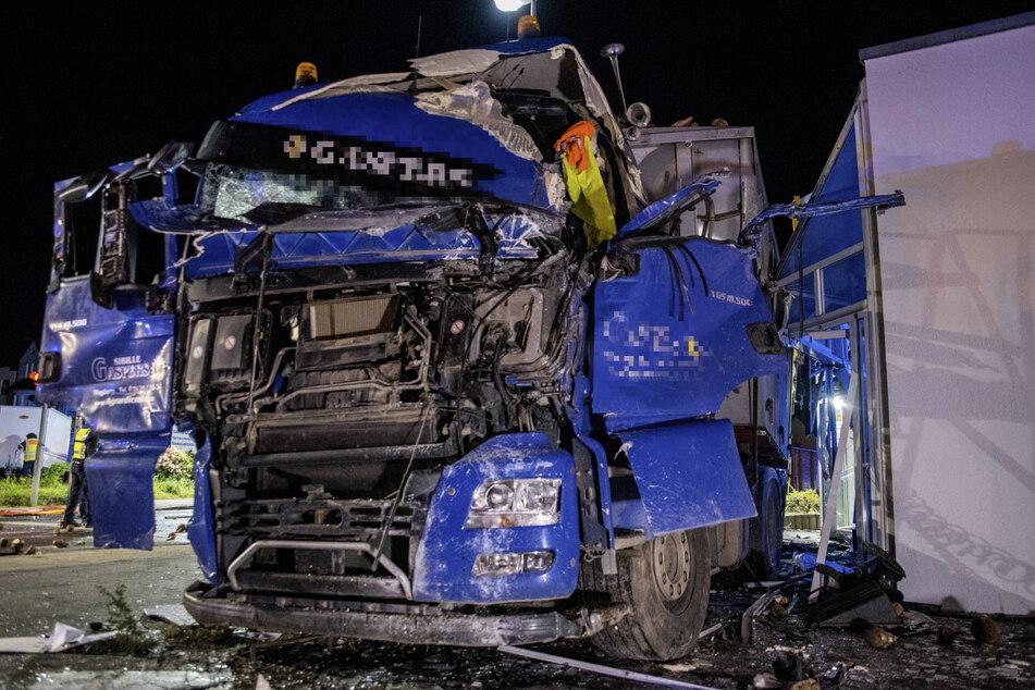 Auch der Lastwagen wurde bei dem Unfall heftig zerstört. Die Zuckerrüben verteilten sich über die ganze Straße.