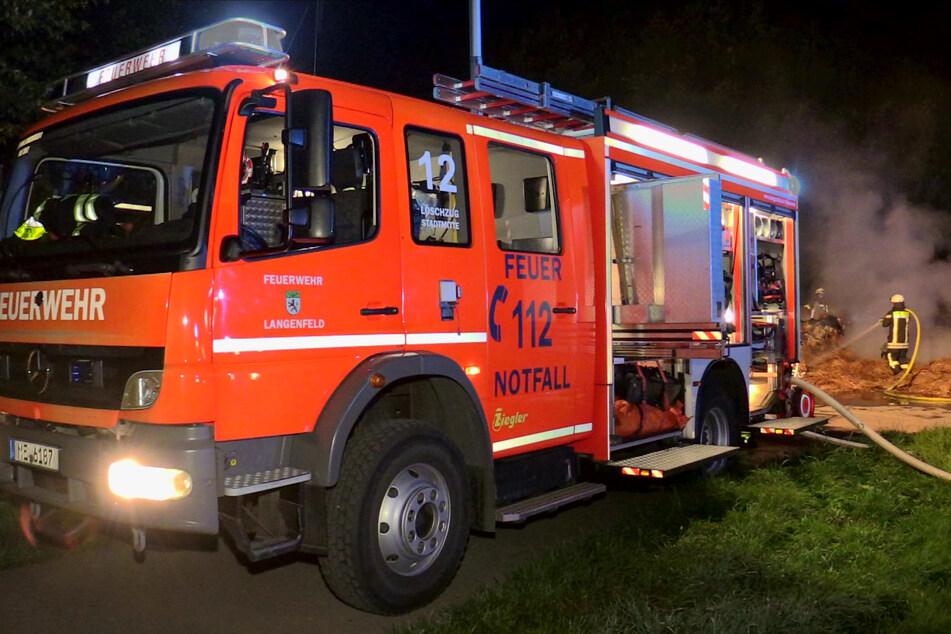 Zeugen alarmierten die Feuerwehr gegen 1.30 Uhr, als sie die brennenden Strohballen bemerkten.