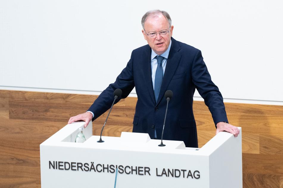 Niedersachsens Ministerpräsident Stephan Weil (SPD) hält eine Regierungserklärung zur Corona-Pandemie im niedersächsischen Landtag.