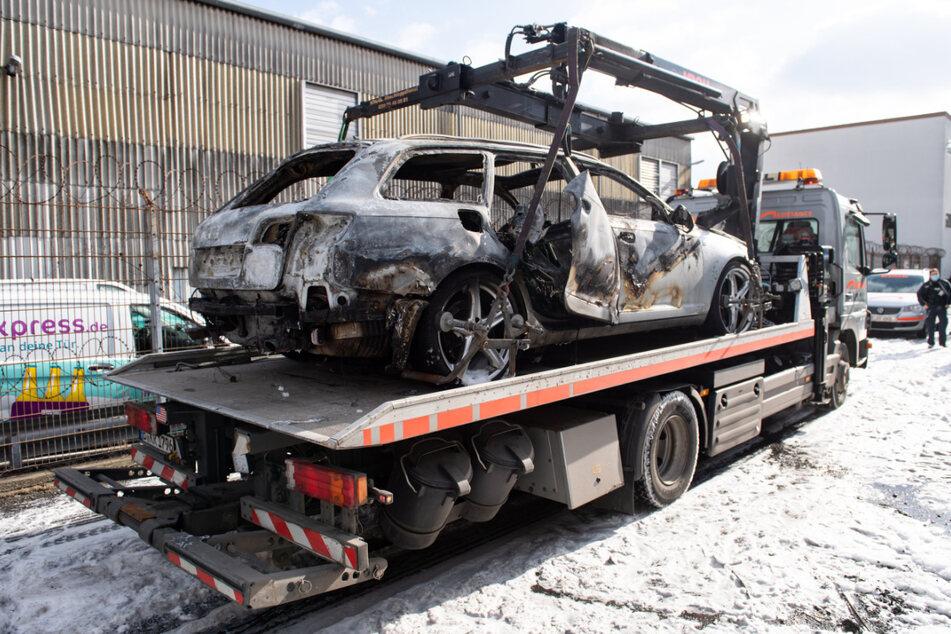 Bei dem hinter einem Supermarkt in Schöneberg abgestellten und in Brand gesetzten Fahrzeug könnte es sich um das Fluchtfahrzeug handeln.