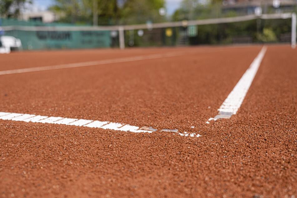 Ab Montag sind in NRW Aktivitäten auf Sportanlagen im Freien wieder erlaubt, wenn höchstens zwei Personen zusammen trainieren - wie etwa beim Tennis (Symbolbild).