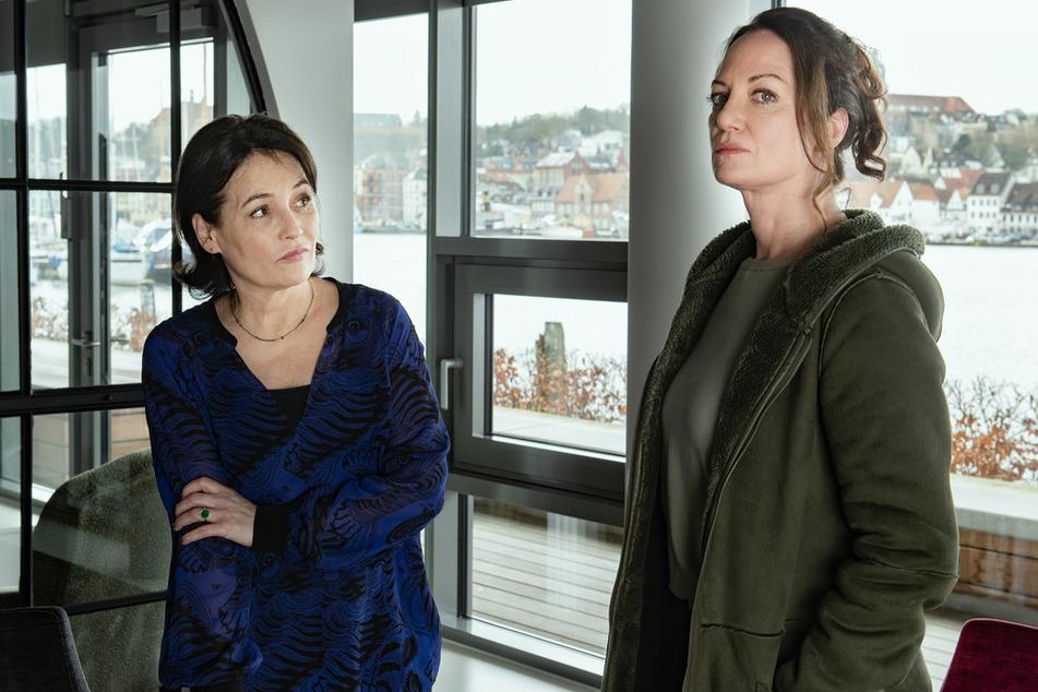 Szenenfoto: Jana Winter (Natalia Wörner, r.) befragt Marlene Hausmann (Anke Sevenich, l.) zu einer Verdächtigten.