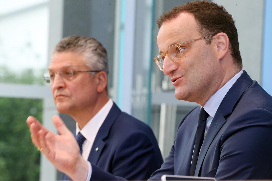 Jens Spahn (41, CDU, re.), Bundesgesundheitsminister, und Lothar Wieler (60, li.), Präsident des Robert-Koch-Instituts. Beide sind gegen eine generelle Abschaffung der Maßnahmen in Schulen und Kitas.