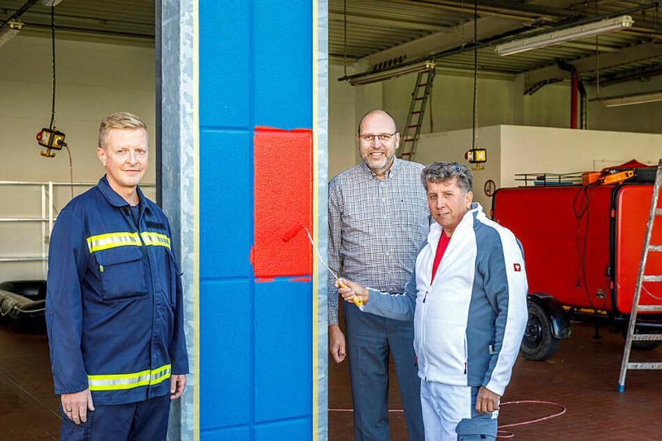 Malermeister Ralf Kotte (54, r.), Gemeindewehrleiter Frank Fischer (45, l.) und Oberbürgermeister Olaf Raschke (57) freuen sich über das neue Objekt der Feuerwehr.
