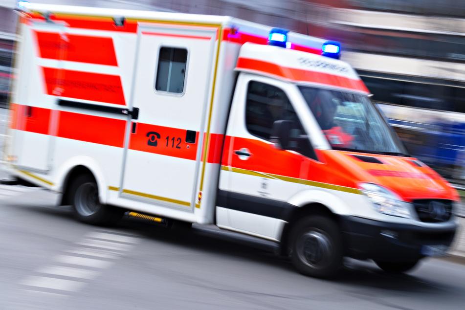 Hausdach stürzt bei Brand ein: Bewohner haben Glück im Unglück, ein Mann verletzt