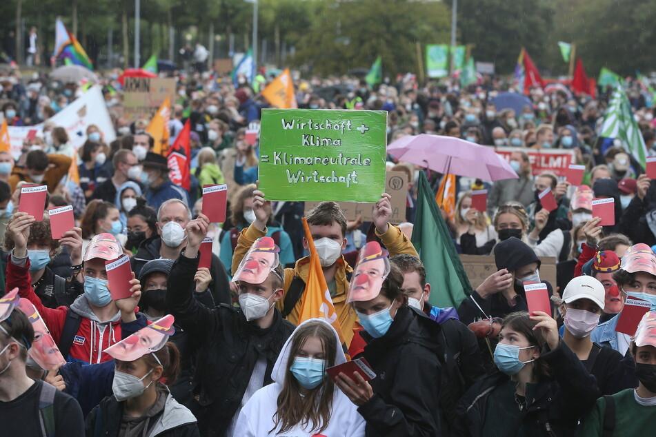 """Menschen der """"Fridays for Future""""-Bewegung demonstrieren bei einer Veranstaltung in Düsseldorf."""