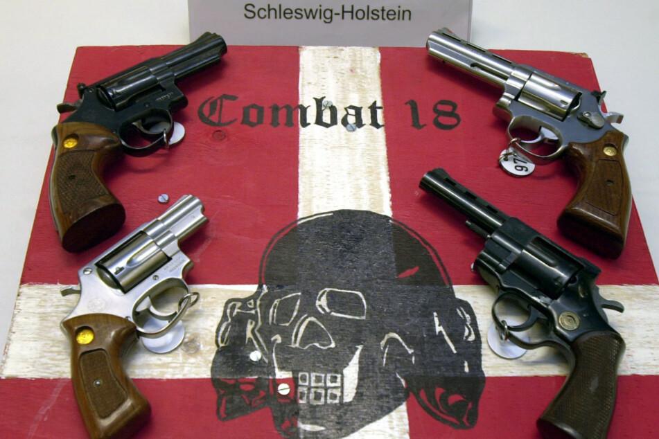 """Sichergestellte Waffen der Neonazi-Gruppe """"Combat 18""""."""