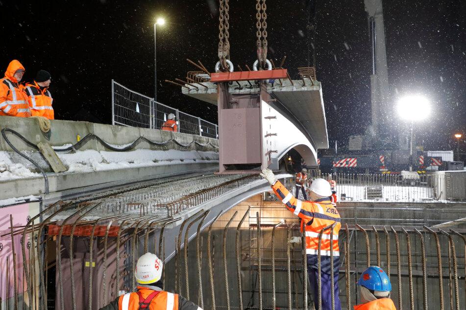 Am Freitagabend wurden die Bauarbeiten am Chemnitzer Bahnbogen fortgesetzt.