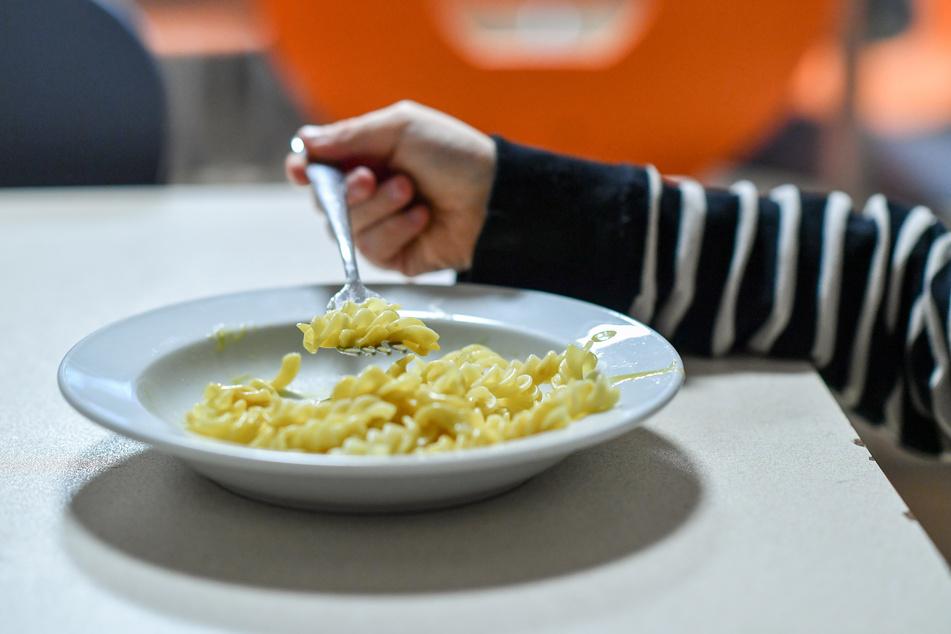 Kleinkinder verlernen in der Corona-Zeit viele Fähigkeiten, wie zum Beispiel mit einer Gabel zu essen.