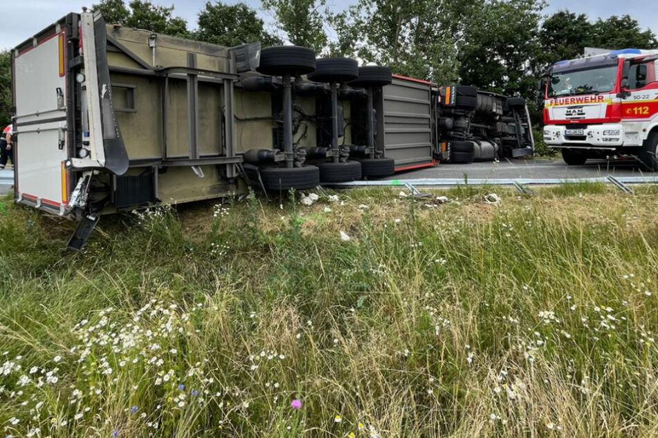 Lastwagen kippt um und versperrt komplette Straße: Fahrer schwer verletzt