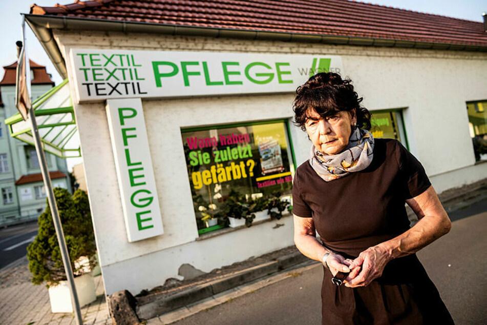 Cornelia Wagner vor dem Gebäude, um das sich alles dreht. Der Behördenstreit hat der Selbstständigen arg zugesetzt.