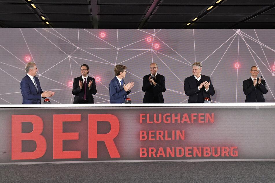 Brandenburgs Ministerpräsident Dietmar Woidke (SPD, 3.v.r.) hat offenbar niemanden aus seiner Regierung mit Corona angesteckt.