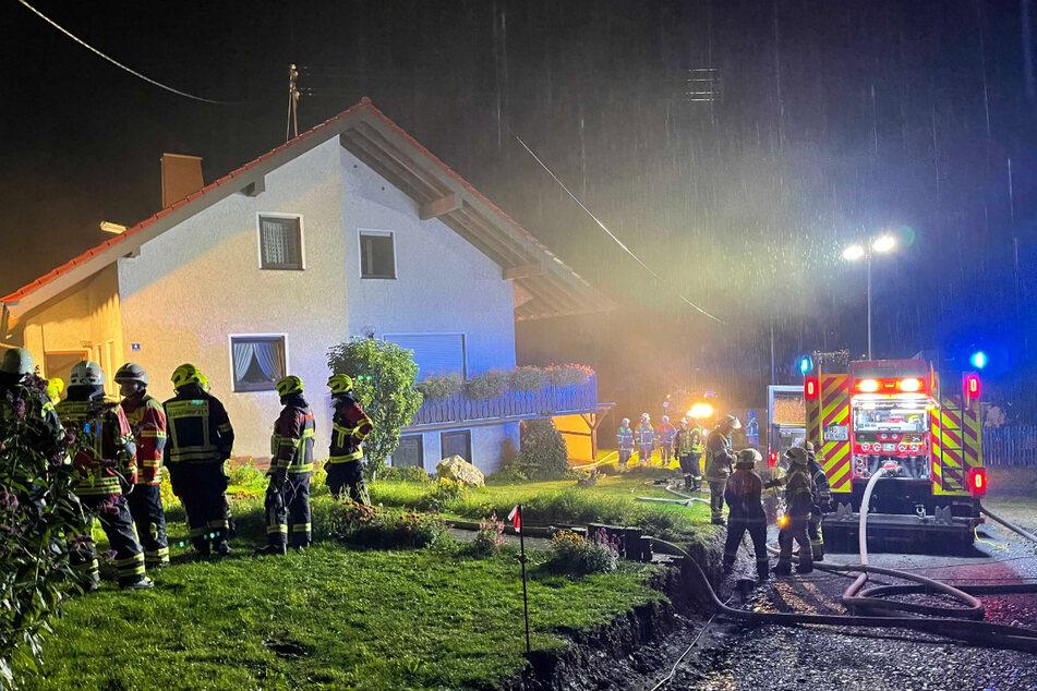 Die Feuerwehr steht bei einem Haus in Berg, in das ein Blitz eingeschlagen war.