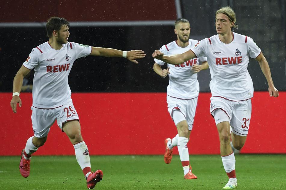 Kölns Sebastiaan Bornauw (r) jubelt mit Teamkollege Jan Thielmann nach seinem Treffer zum 1:2 (59.)