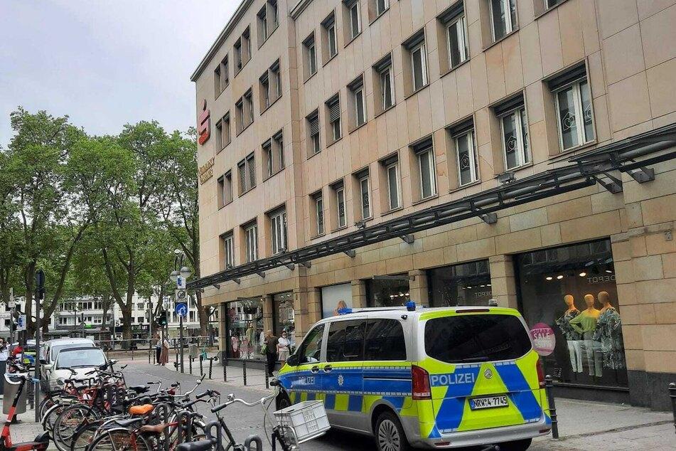 Gegen 15 Uhr soll der Täter, der eine braune Perücke getragen haben soll, die Bank überfallen haben.