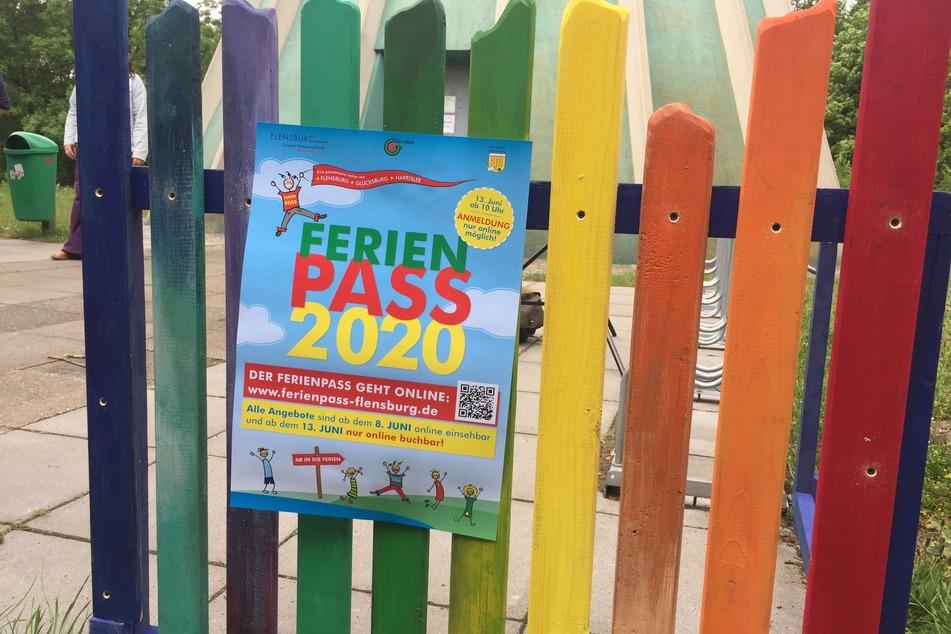 Ein Plakat in Flensburg weist auf die diesjährige Ferienpass-Aktion hin.
