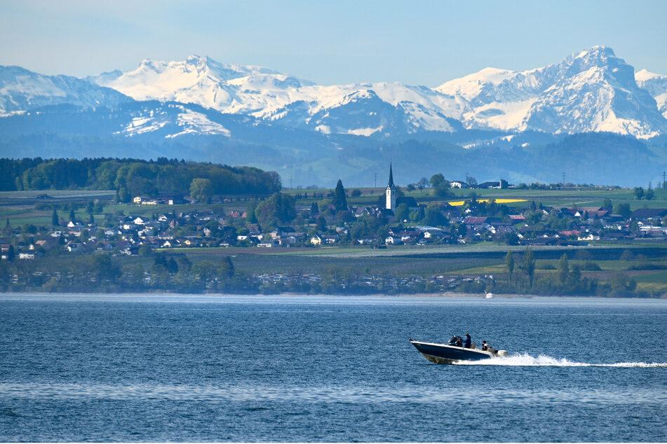 Ein Motorboot fährt über den Bodensee. Bei einem Unfall bei Moos im Landkreis Konstanz ist eine Frau von ihrem eigenen Motorboot überfahren und dabei schwer verletzt worden. (Symbolbild)
