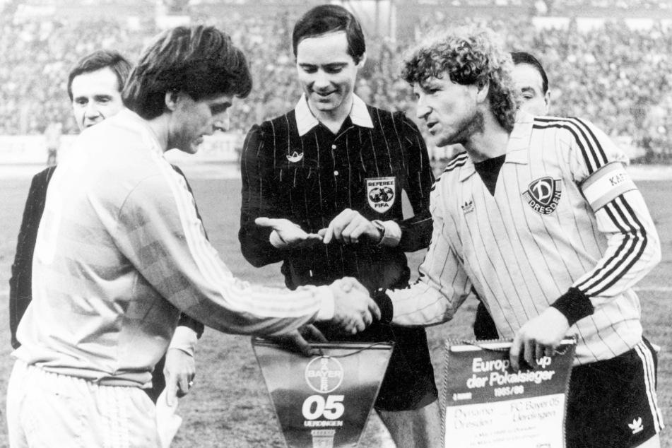 """Unangefochten mit 369 Spielen die Nummer 1 aller Dynamo-Kapitäne: """"Dixie"""" Dörner (r., hier mit Uerdingens Kapitän Matthias Herget vorm Europapokal-Halbfinal-Hinspiel 1986 in Dresden)."""