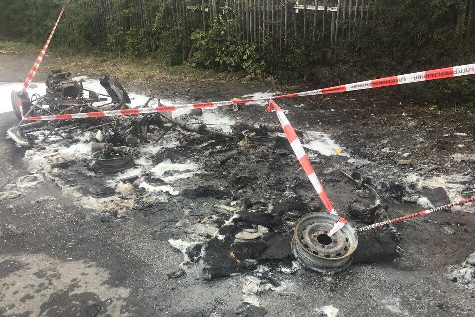 Max Aschenbach (35), Dresdner Stadtrat und Generalsekretär der PARTEI, stand im Oktober 2020 vor seinem abgebrannten Auto.