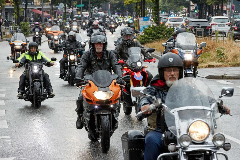 Lauter Protest in Hamburg: Hunderte Biker fahren bei Regen auf der Reeperbahn in St. Pauli.