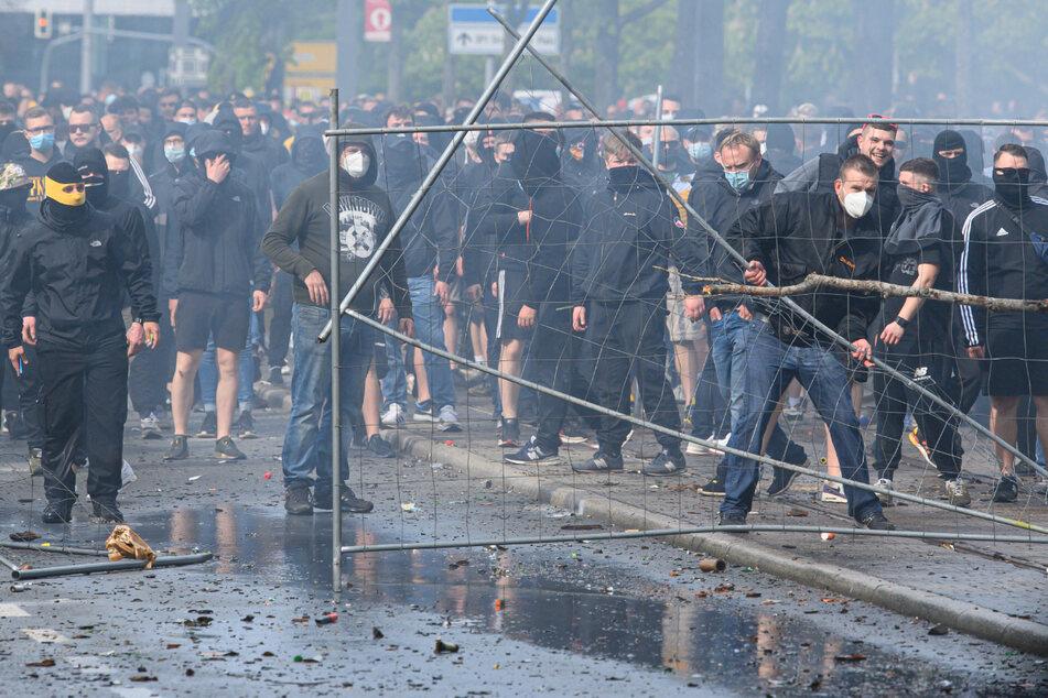 Vor dem Stadion wurde randaliert. Dynamo-Anhänger gingen dabei auf die Polizeikräfte los.