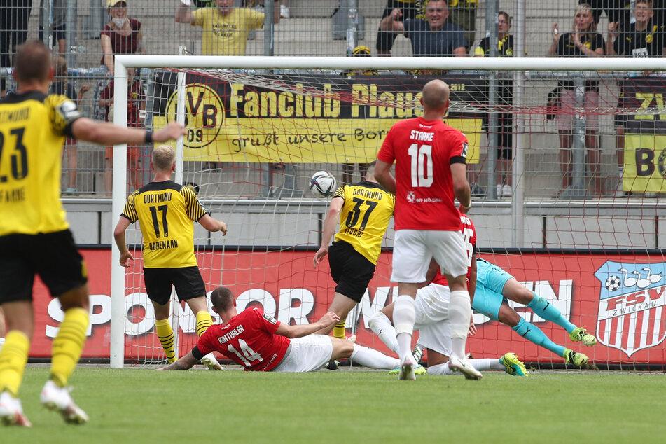 Tobias Raschl (Nr. 37) trifft zur 2:1-Führung für den BVB II.