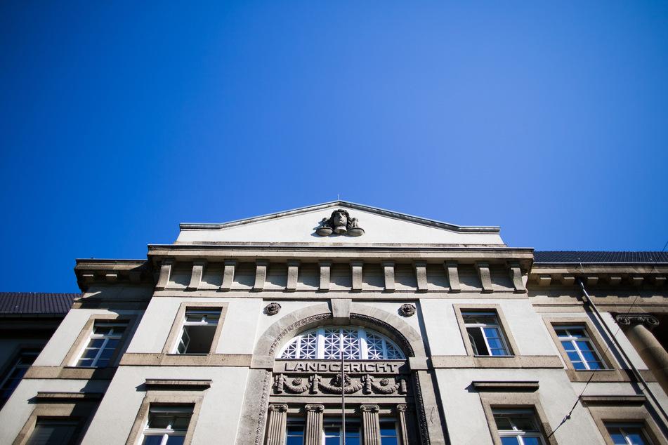 Am Krefelder Landgericht hat am Dienstag der Prozess gegen den 37-Jährigen begonnen.