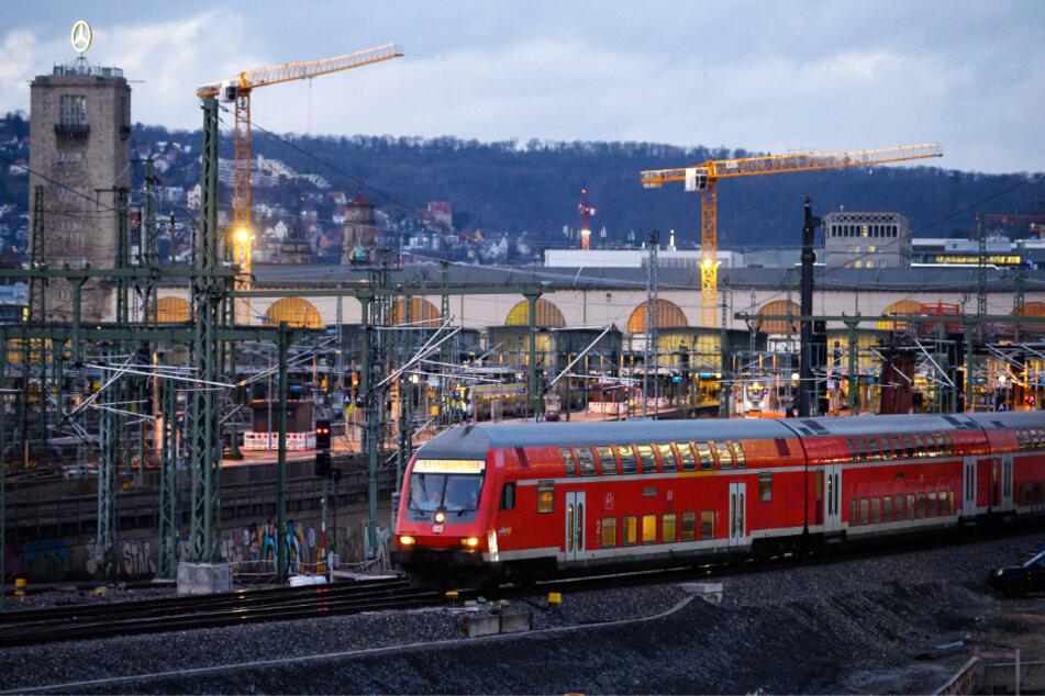 Mann will Bahn-Mitarbeiterin auf Gleise stoßen