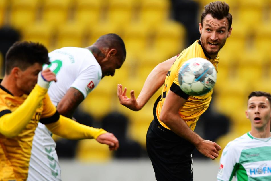 Dynamo-Kapitän Florian Ballas (2. v. r.) ärgerte sich über den nicht gegebenen Elfmeter.