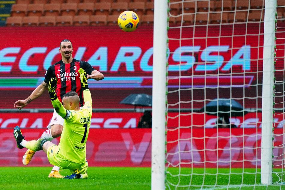 Was für eine Marke! Zlatan Ibrahimovic (39, hinten) erzielt das 1:0 für Milan gegen Crotone - und seinen 500. Pflichtspiel-Treffer auf Vereinsebene!