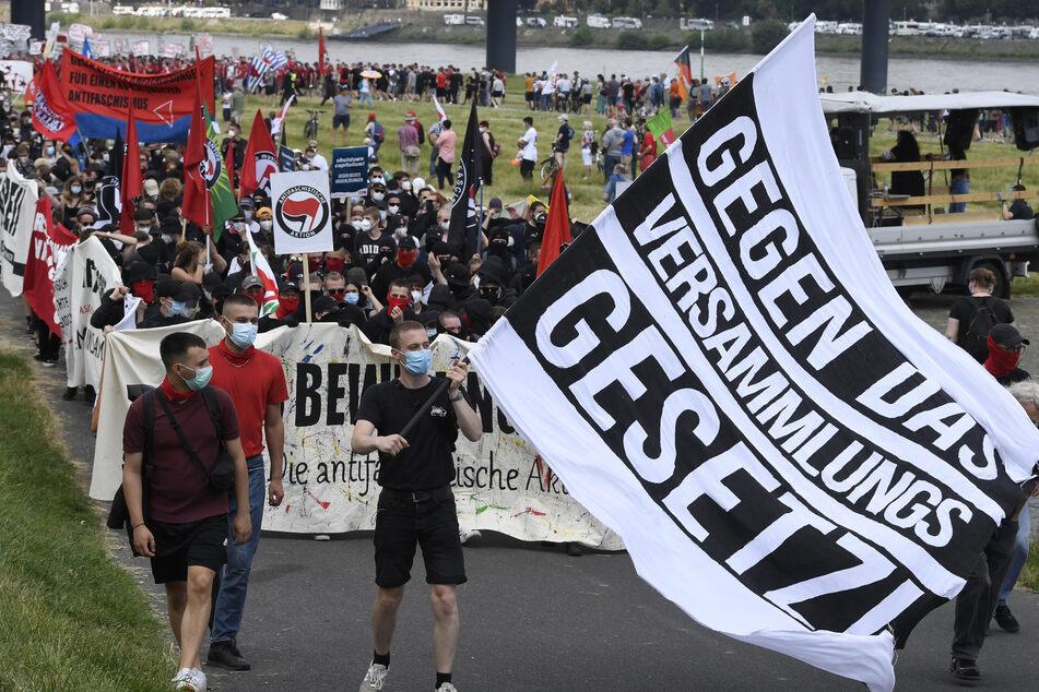 Mehrere Tausend Demonstranten nahmen am Wochenende an einem Protestzug gegen das geplante Versammlungsgesetz für Nordrhein-Westfalen in Düsseldorf teil.