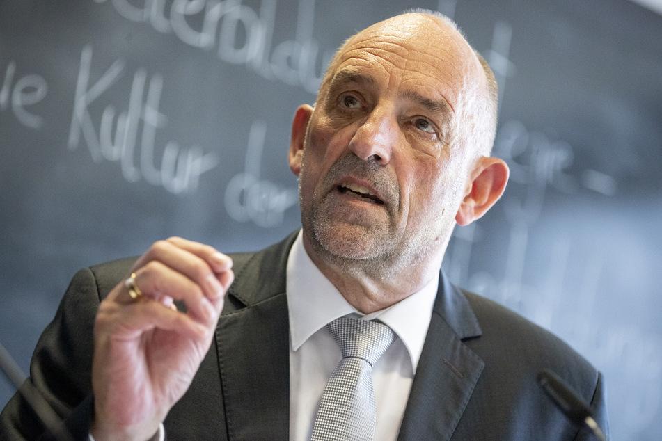 Detlef Scheele (SPD), Vorstandsvorsitzender der Bundesagentur für Arbeit, nimmt an einer Pressekonferenz teil.