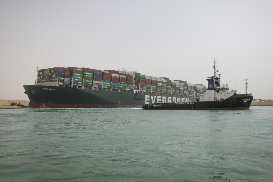 """Die """"Ever Given"""" blockiert weiterhin den Suezkanal."""