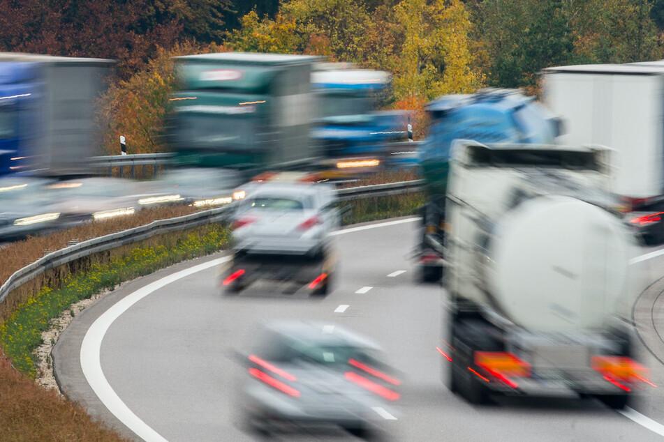 Rückwärts auf der Autobahn! Lkw-Fahrer hat kuriose Erklärung für verrücktes Manöver