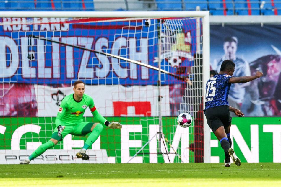 Jhon Cordoba (r.) bringt Hertha in dieser Szene mit 1:0 in Führung. RB-Keeper Peter Gulacsi hat bei dem platzierten Schuss in die linke untere Ecke keine Chance.