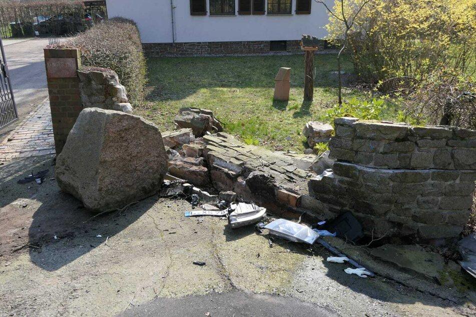Der Mann hatte die Kontrolle über seinen Wagen verloren, war dann gegen diese Mauer sowie einen Findling gerauscht und im Straßengraben gelandet, wo das Auto plötzlich Feuer fing.