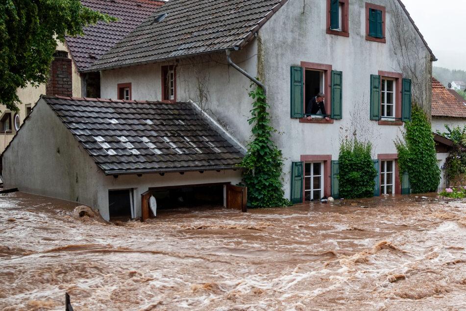Überflutungen in Rheinland-Pfalz: Der Ort Erdorf im Eifelkreis Bitburg-Prüm steht in Teilen unter Wasser.